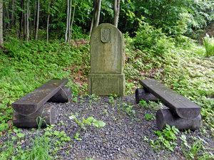 Pomníček kvycházce České lesnické společnosti vlesích nad Lanšperkem